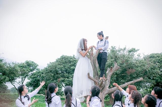 Ý tưởng chụp ảnh kỷ yếu 37 chú rể cầu hôn cô dâu là của lớp chuyên Văn 12A6 trường THPT Lý Thái Tổ (Bắc Ninh)
