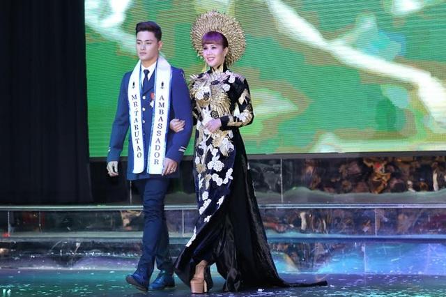 Tháp tùng Hằng Nguyễn trên sân khấu là Nam vương của Thái Lan.