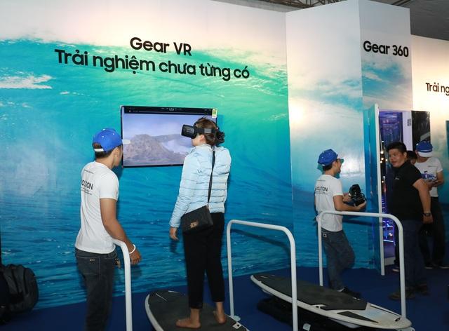 Ngoài ra, các khu vực trải nghiệm khác của hệ sinh thái Samsung cũng được nhiều người quan tâm như kính thực tế ảo GEAR VR, camera Gear 360 độ,…