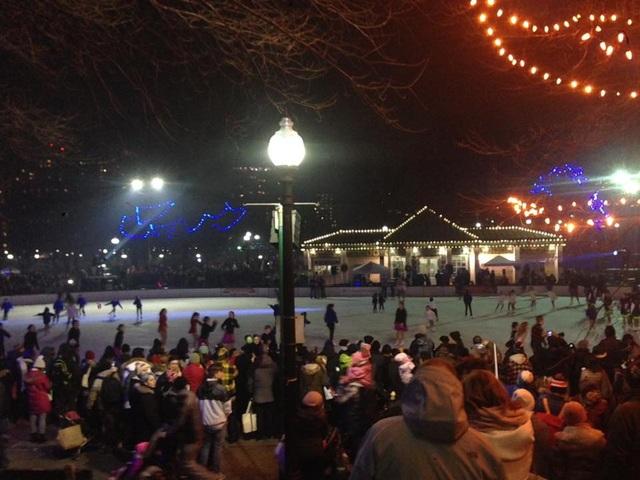 Các du học sinh ở Boston xuống phố ngắm pháo hoa bắn tại Park Street kết hợp xem trình diễn trượt băng nghệ thuật.