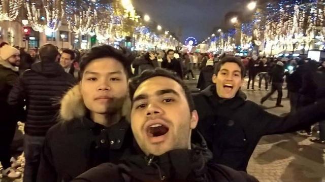 Trần Duy Dũng, sinh viên trường ĐH Paris 12 hòa mình cùng thành phố ánh sáng thời điểm giao thừa với các bạn ngoại quốc.
