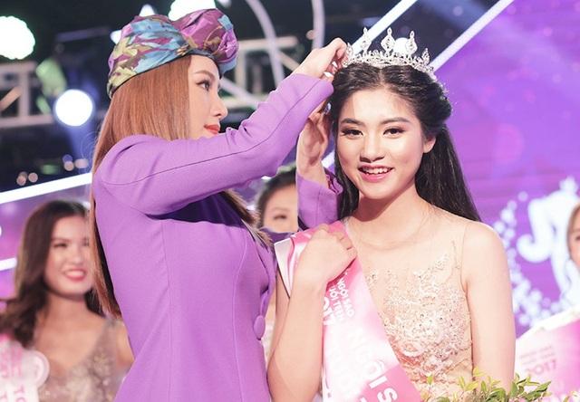 Khoảnh khác nhận vương miện từ Miss Audition 2006 Bảo Thy
