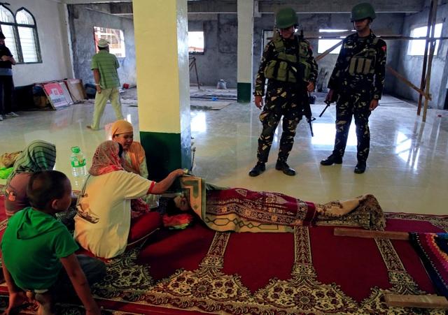 Gần 200 người đã thiệt mạng, trong đó 20 dân thường, 39 binh lính và 138 phiến quân, trong các cuộc giao tranh tại Marawi - nơi có phần đông dân số theo đạo Hồi. Hàng nghìn người đã phải rời bỏ nhà cửa để sơ tán sang các khu vực an toàn, tránh vùng chiến sự. Trong ảnh: Thi thể một bé trai bị trúng đạn lạc khi đang cầu nguyện bên trong một nhà thờ ở Marawi.