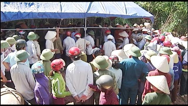 Gia đình tổ chức lễ tang khi di hài nạn nhân Hùng vừa về tới quê nhà (ảnh: Nguyễn Duy)