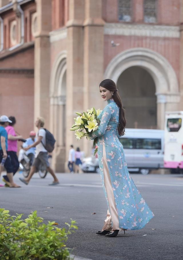 Thảo hiện đang sống ở Hà Nội. Cô ghé thăm Sài Gòn vào mùa nắng đẹp nên rất háo hức chụp bộ ảnh này.
