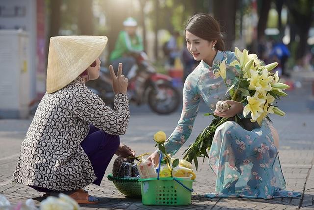 Thiếu nữ Quảng Bình thướt tha tà áo dài trên phố Sài Gòn - 7