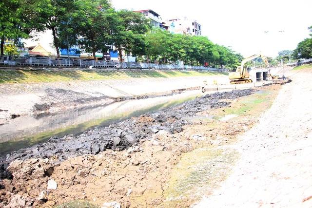 Theo quan sát, đoạn sông Tô Lịch tại khu vực đối diện với đường Nguyễn Đình Hoàn (phường Nghĩa Đô, Cầu Giấy - Hà Nội) nước rất cạn, bùn dưới lòng sông rất nhiều, có chỗ bùn đã khô cứng.