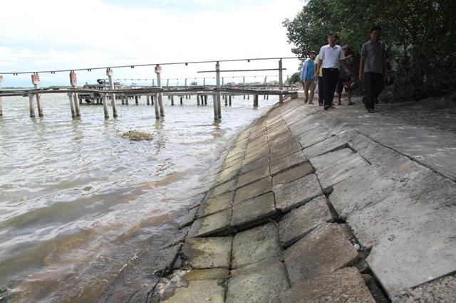 Người dân lo lắng việc hút cát dẫn đến nguy cơ xói lở đê ngăn sóng