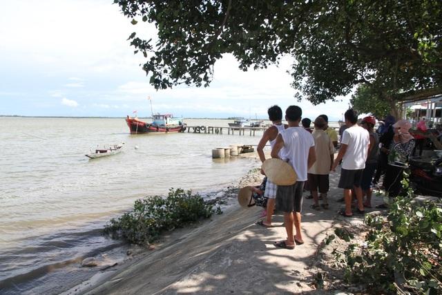 Người dân địa phương bức xúc phản đối việc hút cát của đơn vị thực hiện dự án