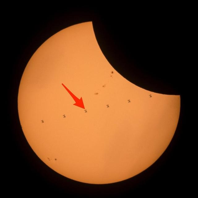NASA ghi được hình ảnh trạm ISS bay phía trước nhật thực - 1