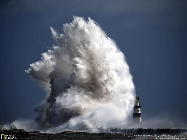 """Cơn sóng dữ đánh cao lên ngọn hải đăng được ví như """"Quái vật"""" của nhiếp ảnh gia Paul Kingston."""