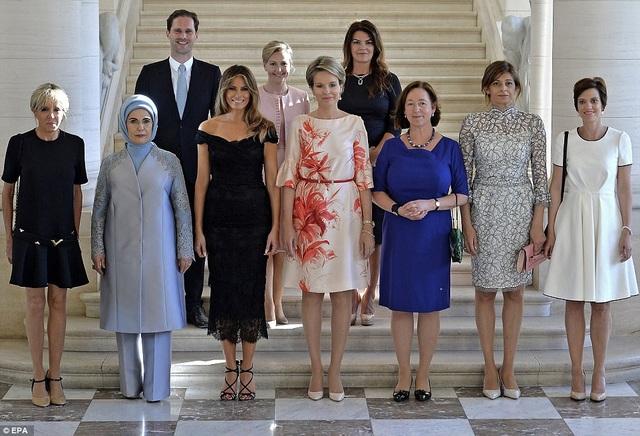 Ông Gauthier Destenay đứng cùng phu nhân của các lãnh đạo NATO (Ảnh: EPA)