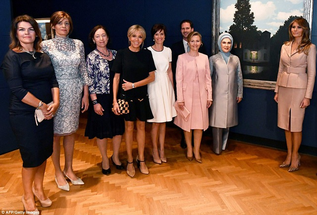 Bạn đời của các lãnh đạo NATO thăm bảo tàng Magritte. (Ảnh: Getty)
