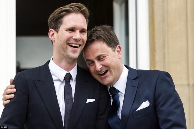 Thủ tướng Xavier Bettel và người bạn đời trong đám cưới vào năm 2015 (Ảnh: AP)