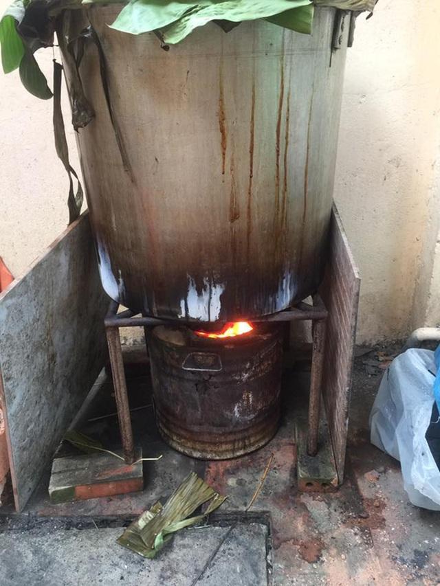 Việc nấu bánh kéo dài khoảng 10-12 tiếng thì hoàn thành. Công đoạn nấu bánh và canh lửa, châm nước cho bánh luôn là ký ức đáng nhớ của không ít người dân Việt Nam trong những ngày Tết