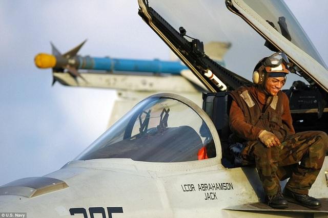 Những người mặc màu nâu đảm nhiệm vai trò chỉ huy đơn vị hoặc các phi đội nhỏ trên tàu.