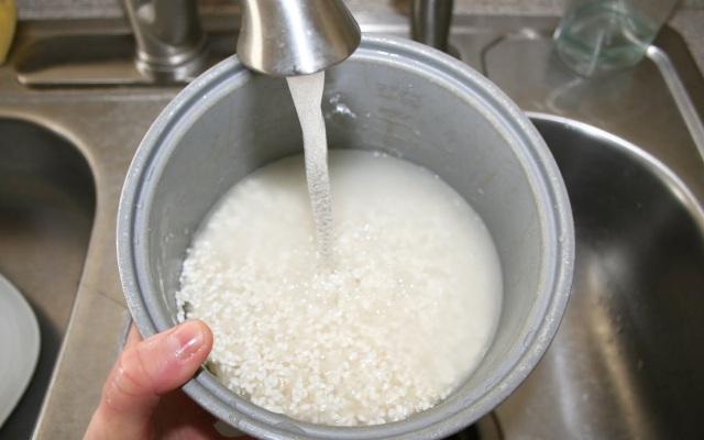 Bạn nên nấu cơm bằng nước nóng để cơm ngon, tơi xốp. (Ảnh minh họa)