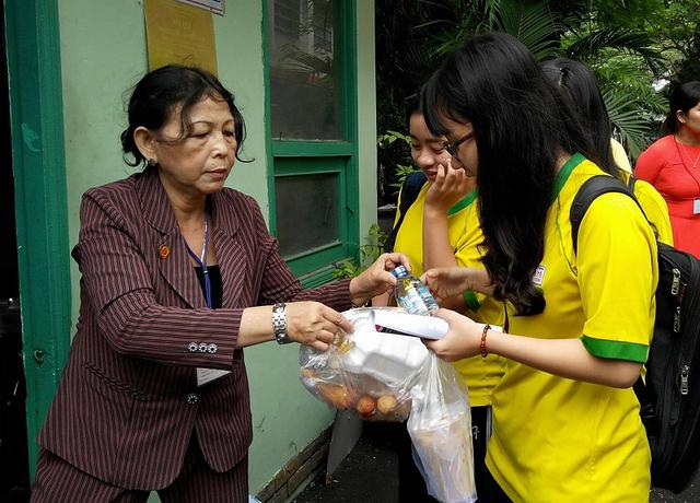Sau môn thi, học sinh được nhận phần cơm đầy đủ dinh dưỡng, đảm bảo an toàn vệ sinh.