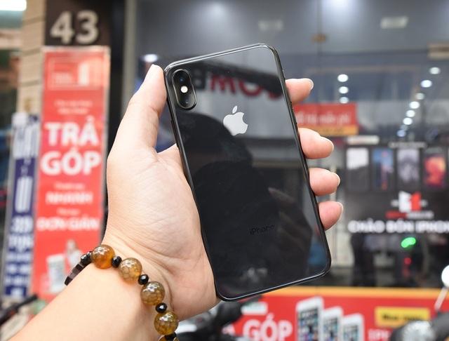 Ở mặt sau của máy, tương tự thế hệ gần gây, Apple dùng kính cường lực để tạo vỏ máy. Điểm nhấn trong thiết kế này đó là camera được đặt dọc thay vì ngang như iPhone 8 Plus. Apple cũng tích hợp khả năng kháng bụi nước đạt chuẩn IP68 cho thiết bị cao cấp nhất của hãng.