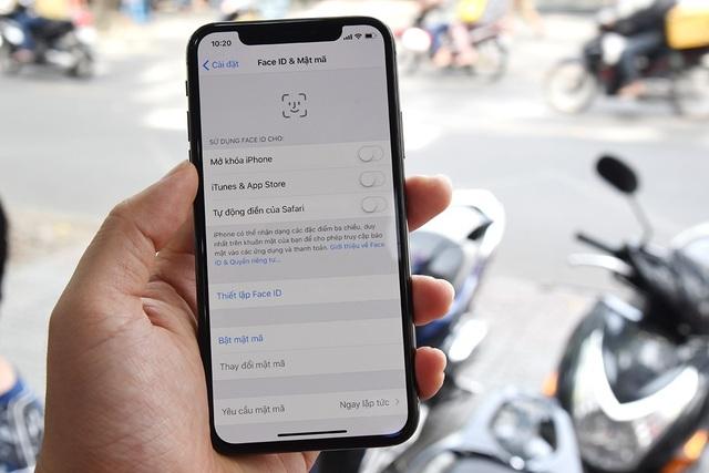 Tính năng này cho phép nhận diện khuôn mặt để mở khóa và các tính năng khác liên quan nhận diện khuôn mặt như Animoji. Apple trước đó cho biết, hệ thống này sẽ quét khuôn mặt người dùng với 30.000 điểm và phân tích khuôn mặt, tạo ra độ chính xác cực cao, với sai số chỉ 1/1.000.000. Điều này đảm bảo an toàn bảo mật cho người dùng khi sử dụng iPhone X.