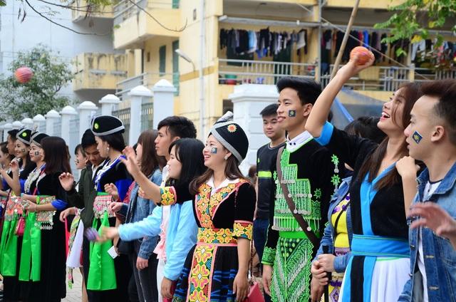 Ném pao là một trò chơi không thể thiếu trong những ngày hội truyền thống, lễ tết của người Mông. Những chàng trai, cô gái thường ném pao qua lại cho nhau để tìm người giao duyên.