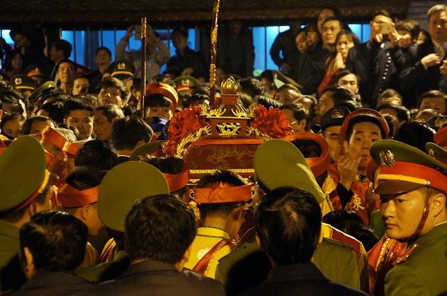 Khi kiệu rước ấn đến đền Thiên Trường thì hứng chịu cơn mưa tiền lẻ từ các đại biểu