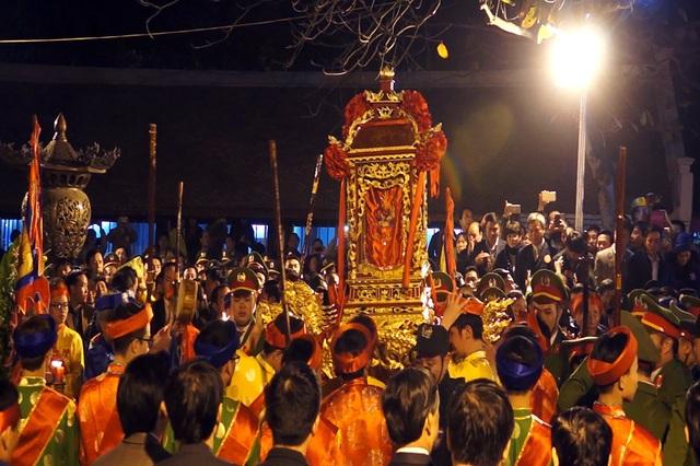 Sau thời gian chờ đợi, gần 23h đêm, lễ rước kiệu bắt đầu từ sân đền Cố Trạch qua cổng chính rẽ trái, đi vòng quanh bờ hồ, vào cổng chính đền Thiên Trường và đặt kiệu trước ban thờ Trung Thiên.