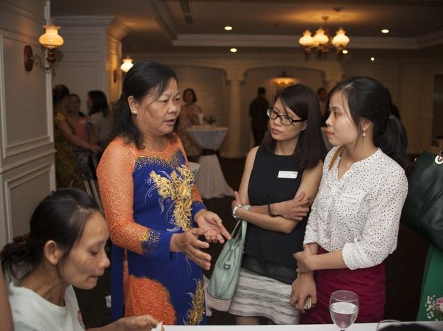 Bà Đoàn Thị Hoa - Giám đốc trung tâm chia sẻ với báo chí