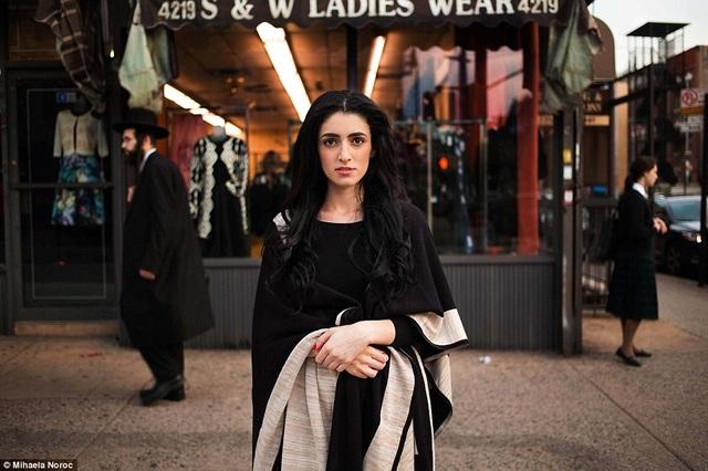 Trong khi đó, một cô gái đến từ New York, Mỹ, mang tới vẻ đẹp trẻ trung, thanh lịch.