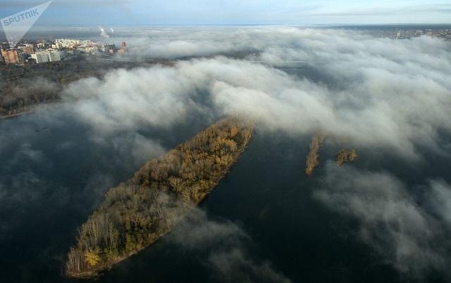 Từ Moscow tới bán đảo Crimea, từ Siberia tới Viễn Đông, mùa thu đã mang lại diện mạo mới cho nhiều khu vực ở Nga khi cây cối dần chuyển sang màu đỏ, cam và vàng. Trong ảnh: Sương mù lơ lửng trên sông Ob ở Novosibirsk. (Ảnh: Sputnik)