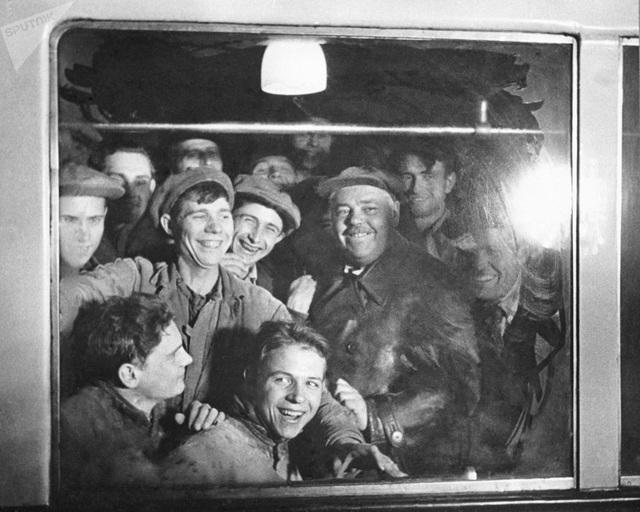 Các công nhân xây dựng ga tàu điện ngầm Moscow vui mừng khi trở thành những hành khách đầu tiên đi tàu vào năm 1935.
