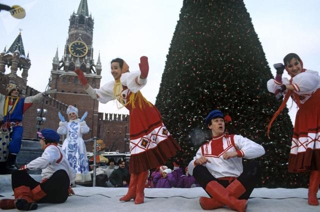 Các vũ công biểu diễn mừng năm mới trên Quảng trường Đỏ ở Moscow năm 1993.