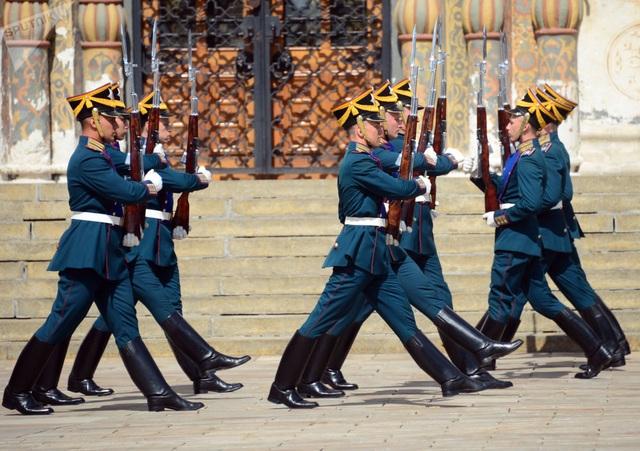 Các binh sĩ thuộc Trung đoàn Kremlin thực hiện thao tác bồng vũ khí.