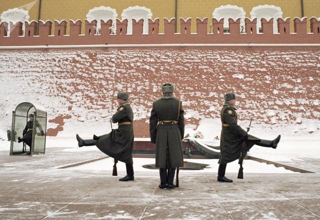 Các binh sĩ đứng gác tại Mộ các binh sĩ vô danh ở Kremlin Wall, Moscow năm 2002.