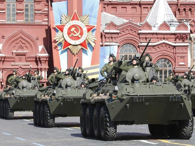 Quân đội Nga diễu binh tại Quảng trường Đỏ ở thủ đô Moscow (Ảnh: Reuters)