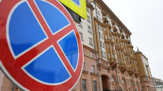 Bên ngoài trụ sở đại sứ quán Mỹ tại Moscow (Ảnh: RT)