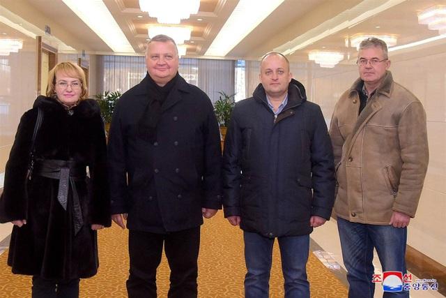 Phái đoàn quân sự Nga tới Bình Nhưỡng ngày 12/12 (Ảnh: Reuters)