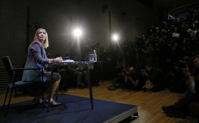 """""""Tôi đang cạnh tranh với tất cả mọi người, bao gồm cả ông Putin. Nhưng tôi sẽ không công kích cá nhân ông ấy. Đối với tôi, ông Putin là người đã giúp cha tôi trong những hoàn cảnh khó khăn và có thể nói ông ấy đã cứu cuộc đời của cha tôi"""", Ksenia Sobchak nói trong cuộc họp báo công bố đội ngũ tranh cử ngày 24/10."""