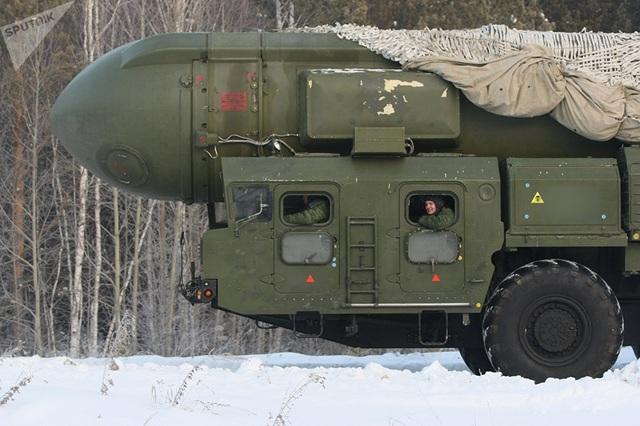 """Lực lượng Tên lửa Chiến lược là một phần trong """"bộ ba hạt nhân"""" của Nga, ngoài Lực lượng Hải quân Chiến lược và Lực lượng Không quân chiến lược. Những vũ khí chính của Lực lượng Tên lửa Chiến lược Nga là các tên lửa đạn đạo liên lục địa mang đầu đạn hạt nhân được phóng từ trên mặt đất. Trong ảnh: Tên lửa đạn đạo RT-2PM Topol của Nga."""