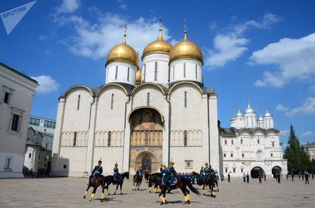 Tham dự sự kiện Tháp Spasskaya, Trung đoàn Kremlin dự kiến sẽ biểu diễn các kỹ năng tập trận, cưỡi ngựa và sử dụng vũ khí.