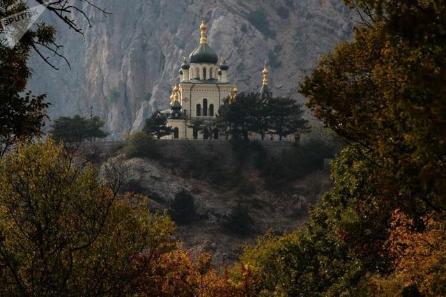 Lá cây chuyển sang màu vàng quanh nhà thờ ở Foros, Crimea. (Ảnh: Sputnik)