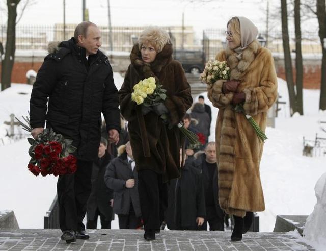 Ksenia Sobchak cho biết cô phản đối chính sách của Tổng thống Putin nhưng sẽ không công kích cá nhân nhà lãnh đạo Nga trong chiến dịch tranh cử sắp tới vì ông Putin là một người bạn của gia đình cô. Trong ảnh: Tổng thống Putin đi cùng Ksenia Sobchak (phải) và mẹ cô tới nghĩa trang Nikolskoye tại St Petersburg để đặt vòng hoa cho ông Anatoly Sobchak vào ngày 20/2/2010.