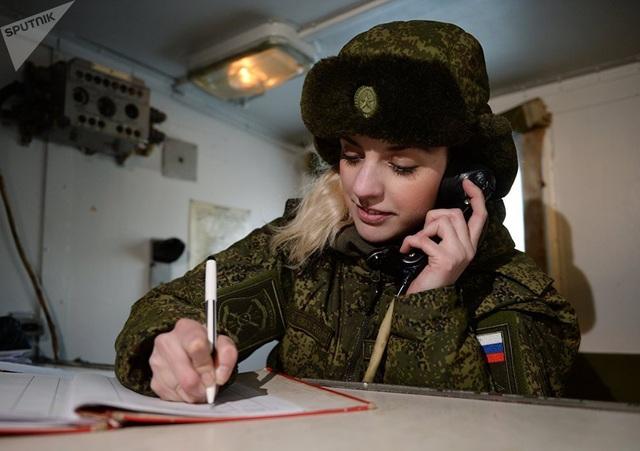 Lực lượng Tên lửa Chiến lược Nga nằm dưới sự chỉ huy trực tiếp của Bộ Tổng Tham mưu Nga. Trong ảnh: Nữ sĩ quan điều hành vô tuyến của Đơn vị Tên lửa Novosibirsk làm nhiệm vụ tại một căn cứ di động.