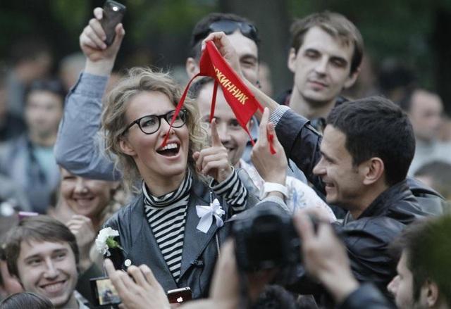 Không chỉ có cha là chính trị gia, mẹ của Ksenia Sobchak, bà Lyudmila Narusova, cũng là một nghị sĩ tại hạ viện Nga. Sau khi tốt nghiệp từ Đại học MGIMO danh tiếng ở Moscow, Ksenia Sobchak trở thành MC của chương trình truyền hình thực tế Dom 2 và nhanh chóng gặt hái được thành công sau đó.
