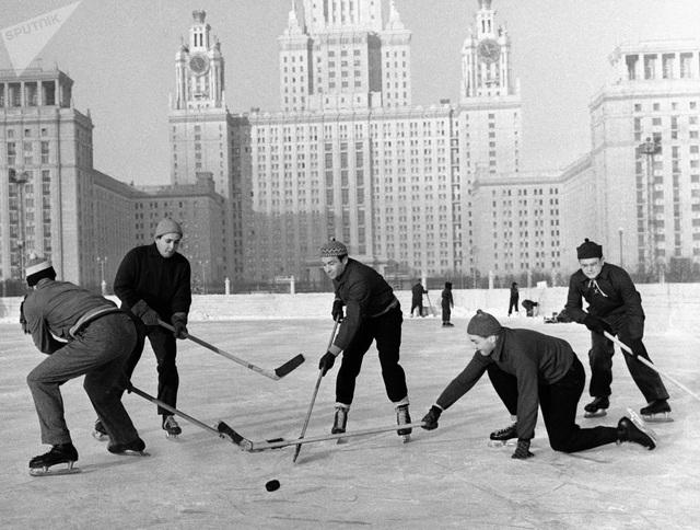 Một nhóm chơi khúc côn cầu trên băng tại Đại học Quốc gia Moscow năm 1959.