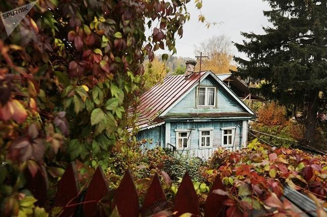 Một căn nhà nằm giữa rừng cây ở Plyos. (Ảnh: Sputnik)
