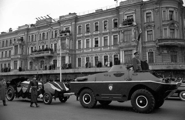 Tro cốt của các binh sĩ vô danh được chuyển tới nơi chôn cất trong lễ tưởng niệm tại Moscow năm 1966.