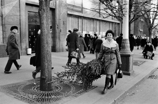 Một phụ nữ mang cây thông Noel trên đường phố Moscow năm 1972.