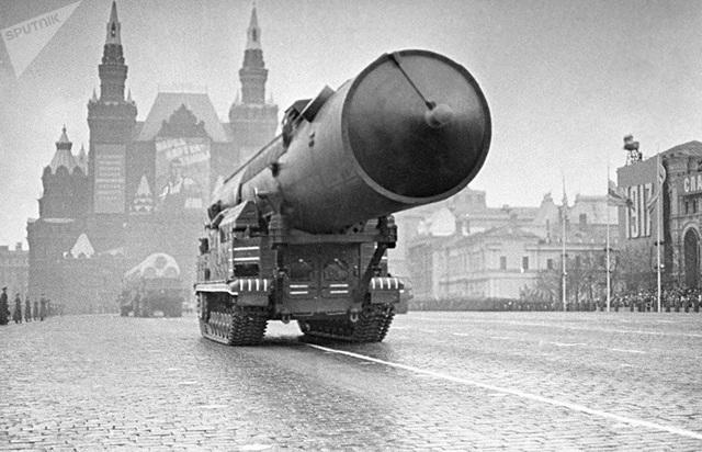 Một tên lửa chiến lược của Nga tiến vào Quảng trường Đỏ ngày 11/11/1965.