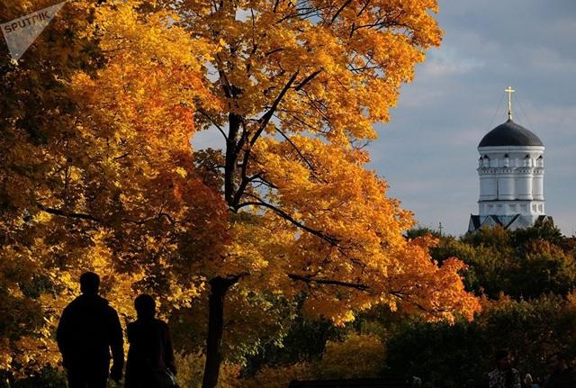 Người dân đi bộ ở công viên Kolomenskoye tại Moscow. (Ảnh: Sputnik)